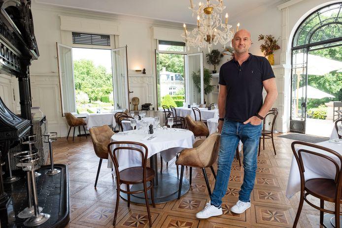 Zaakvoerder Wim Van der Borght bij de opening van Grand Café Den Brandt eind juni. In zijn statige zaak werden deze week twee keer granaten naar binnen gegooid.