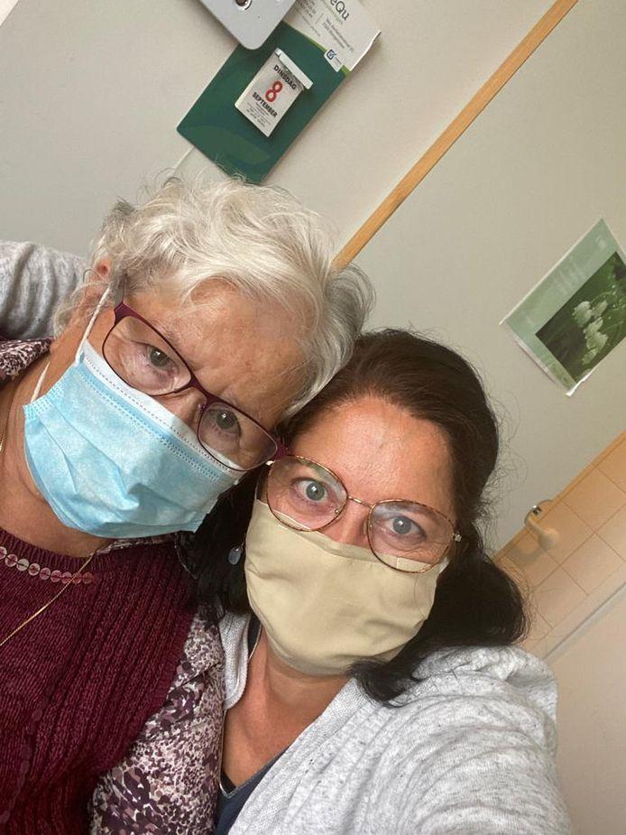 Elisa Vinckx (85) uit Meerle verblijft sinds een tiental jaren in het wzc Stede Akkers. Ze was dolgelukkig dat ze haar dochter weer kon knuffelen. Woensdag is het de beurt aan zoon Guy.