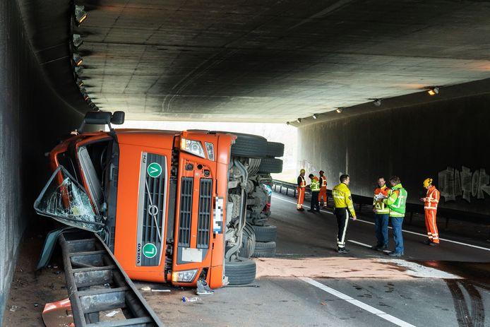Precies in een tunnel kantelde de truck, waardoor de berging extra lang duurt.