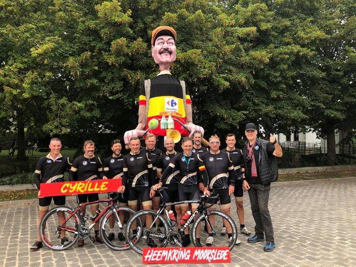 Reus Cyrille in het gezelschap van een groep wielertoeristen van Cyclo Team Slyps en rechts peter Filip Cardoen.
