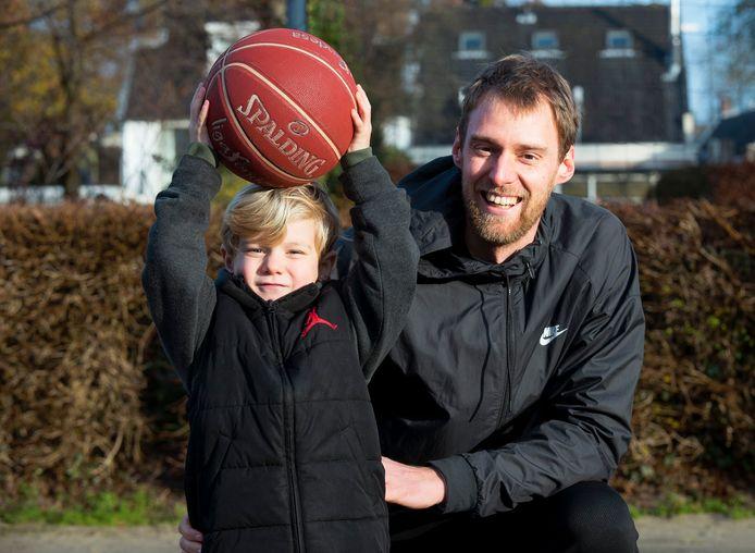 Henk Norel met zijn 4-jarige zoontje Willem. Actief basketbal is voor de speler van Heroes Den Bosch voorbij.