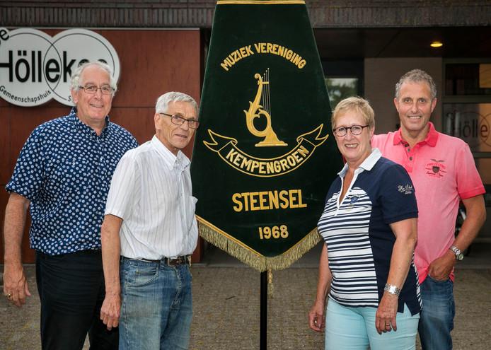 Muziekvereniging Steensel bestaat 50 jaar. Vlnr: Voorzitter Geert van Gerwen, vaandeldrager Juul Osenga en de bestuursleden Fridy Smolders en Ad Hoeks.