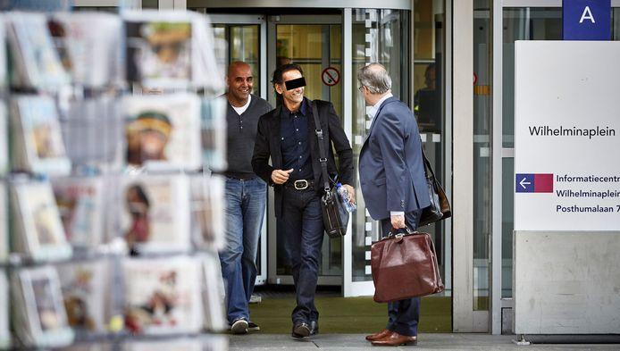 Hoewel de rechtszaak pas in november wordt voortgezet, verlaat verdachte Bidjai P. opgewekt de rechtbank.