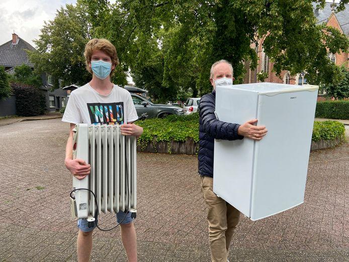 Bram en Hansbert Vanhove uit Ekeren komen een radiator en een ijskast binnenbrengen