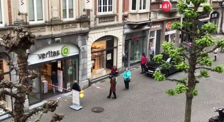 Maandagochtend even voor 10 uur: er staat al een meterslange file voor het Veritas-filiaal in centrum Leuven. Beeld EDLL