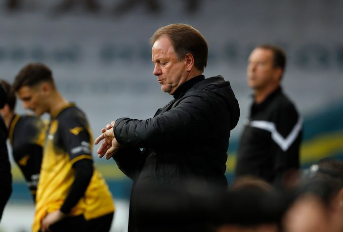 Mike Snoei kijkt op zijn horloge: zijn laatste uren als trainer bij De Graafschap lijken te zijn ingegaan.