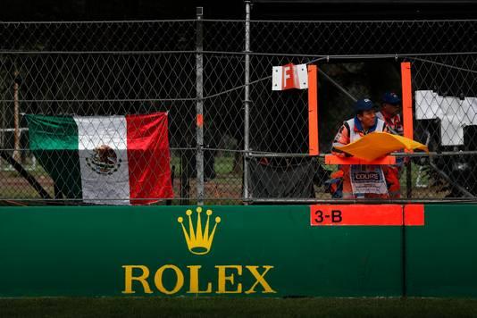 Een F1-marchall zwaait op het circuit van Mexico-Stad met een gele vlag.