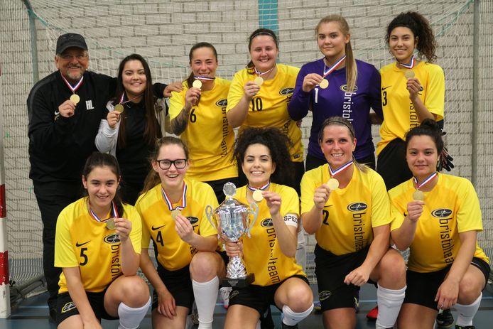 Vorig seizoen was er wel een feestje voor de vrouwen van Bristol Team (met linksboven coach Hans Lauwen, tweede van rechts op de bovenste rij Jade Massing en helemaal rechtsonder Griffith Vaissaire) toen de districtsbeker gewonnen werd.