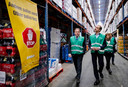 Minister Eric Wiebes (R) van Economische Zaken en Klimaat (VVD) tijdens een bezoek aan het distributiecentrum van Jumbo, eind vorige maand in Woerden. De centra draaien overuren sinds de uitbraak van het coronavirus.