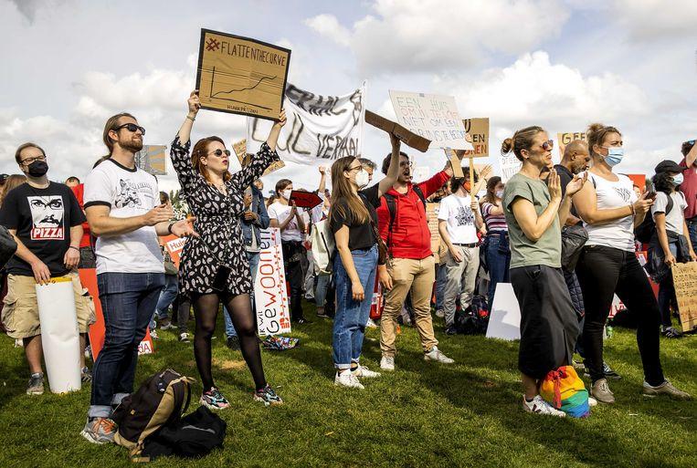Demonstranten protesteren tegen de problemen op de woningmarkt in het Westerpark. In augustus zijn koopwoningen 17,8 procent duurder geworden dan een jaar eerder. Beeld ANP