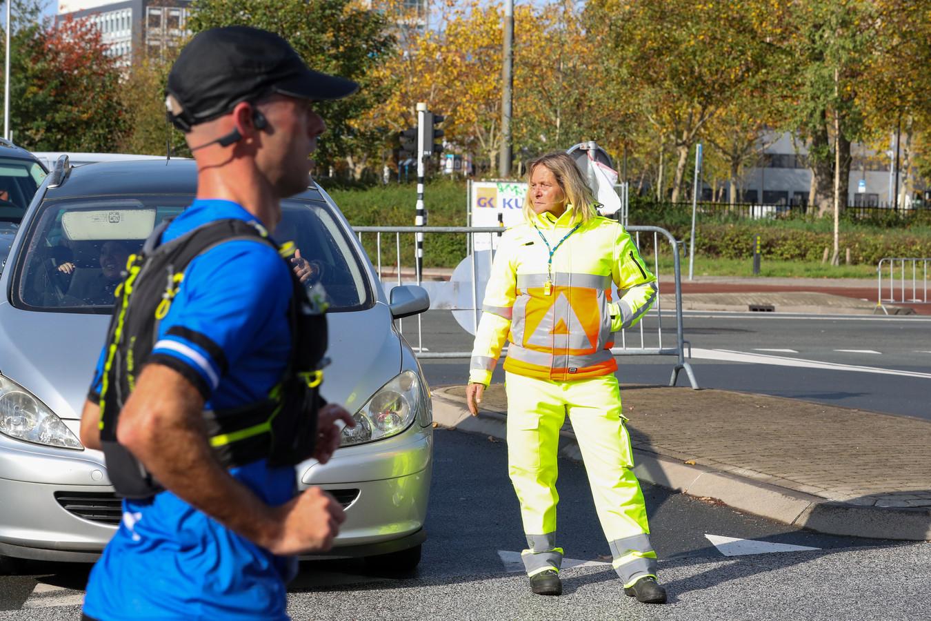 Verkeersregelaar in actie tijdens de marathon van Eindhoven.