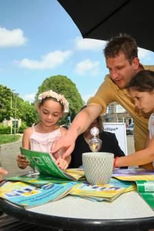 In Schiedam sparen ze geen voetbalplaatjes, maar plaatjes van alle buren: 'Heb jij Johan al?'