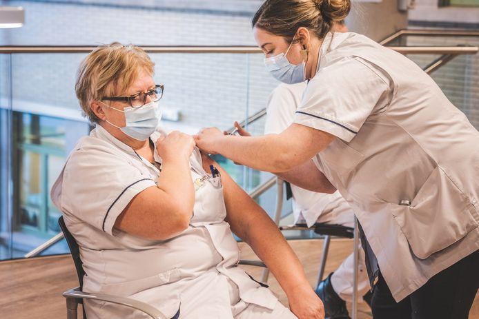Martine Baes is de eerste verpleegkundige van het UZ Gent die werd ingeënt.