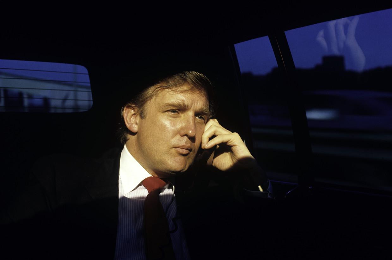 Zakenman en miljardair Donald Trump gebruikt zijn limousine als kantoor, in 1987.