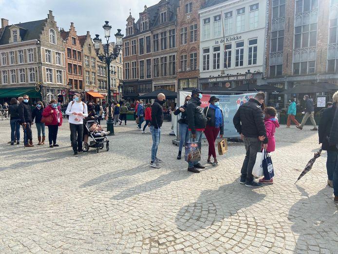 Op de Brugse Markt is het gezellig druk, maar van een overrompeling is geen sprake.