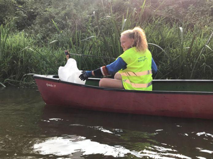 Een deelneemster in actie op het water van de Kleine Nete