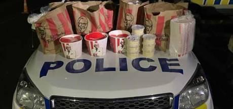 """Deux hommes arrêtés pour avoir introduit """"une grande quantité de KFC"""" dans une zone de confinement en Nouvelle-Zélande"""