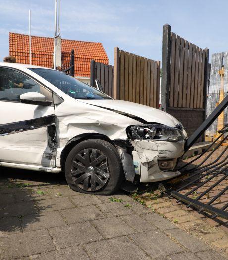 Auto rijdt door struiken en ramt hek na botsing in Son en Breugel