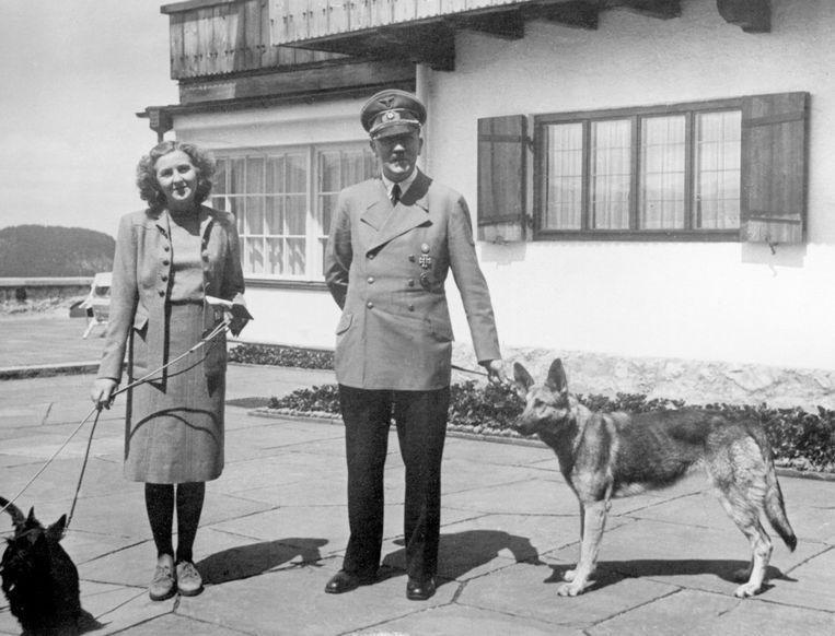 In de loop van de jaren 40 maakt Hitler zich waarschijnlijk zorgen om zijn potentie, want behalve pepmiddelen dient zijn lijfarts hem ook hormoonpreparaten toe. (Foto: met Eva Braun.)  Beeld Imageselect Heritage/F1online