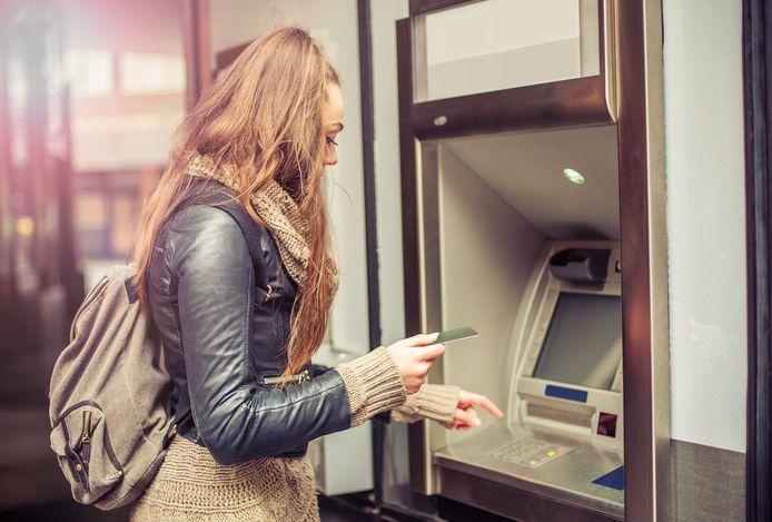 Vaak pinnen de geldezels het geld van hun bankrekening om het vervolgens terug te geven aan de crimineel. Foto ter illustratie.