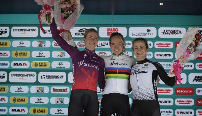 Demi Vollering en Anna van der Breggen van SD Worx, rechts Grace Brown (Team BikeExchange Women).