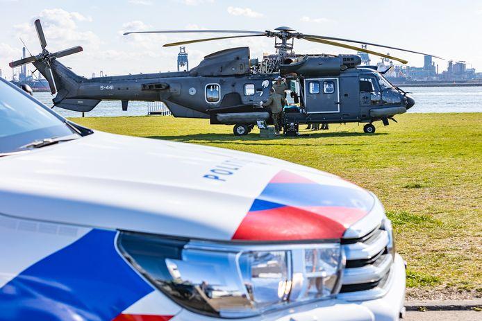 De transporthelikopter staat aan de grond in Hoek van Holland.