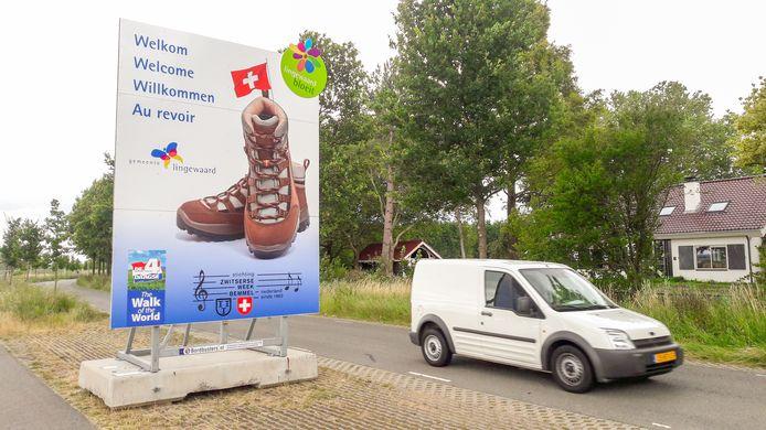 In alle talen worden Vierdaagse-wandelaars aan de Kattenleger in Bemmel welkom geheten in Lingewaard. Maar niet in het Frans.