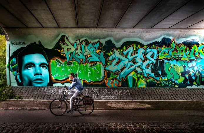 Een portret van Theo Maassen prijkt tussen de nieuwe graffiti-kunstwerken in de tunnel onder de A2/N2 aan de Roostenlaan in Eindhoven.