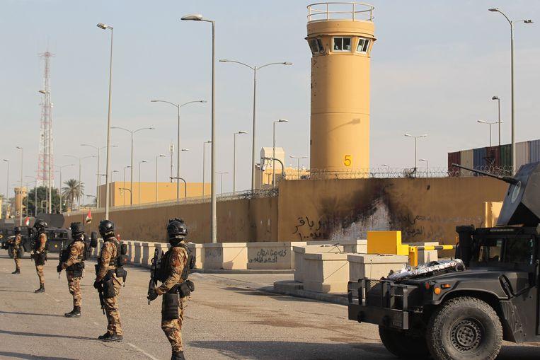 Een Iraakse antiterreureenheid bewaakt de Amerikaanse ambassade in de Iraakse hoofdstad Bagdad, januari vorig jaar. Beeld AFP