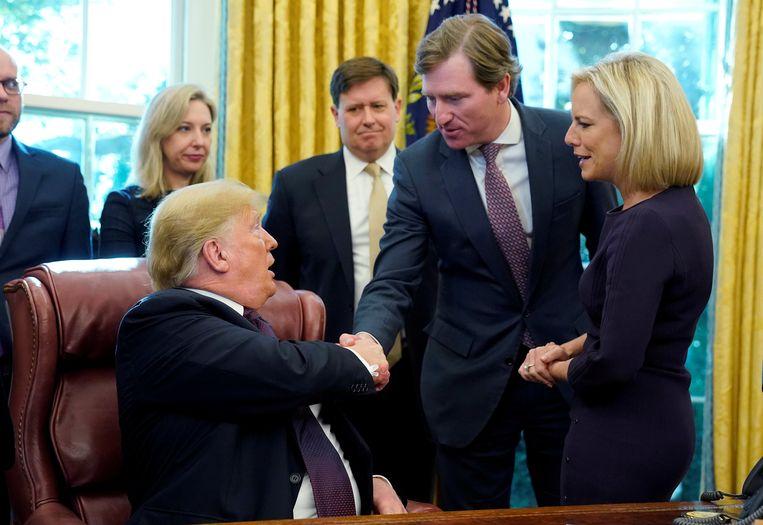 Trump schudt Krebs de hand in het Oval Office in 2018. Beeld REUTERS