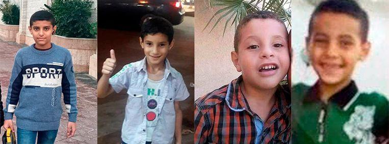 De broers Suheib, Yahya, Osama en Abdurrahman al-Hadidi woonden in het overvolle vluchtelingenkamp Shati in Gaza-stad. Ze sliepen toen een Israëlische bom het huis van hun oom en tante vernielde, waar ze verbleven. Beeld NYT