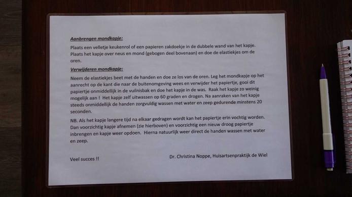 Huisartsenpraktijk De Wiel heeft instructies opgehangen voor het gebruik van de mondmaskers.