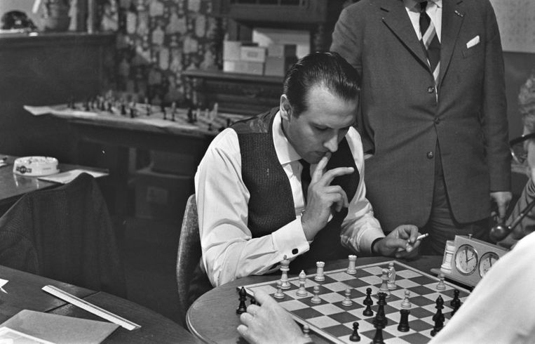 Svetozar Gligoric in 1963 tijdens een schaaktoernooi in Enschede.. Beeld ANP
