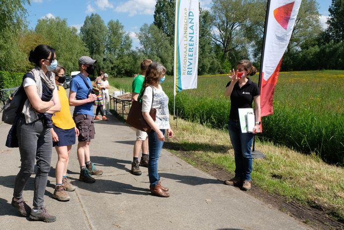 Buurtbewoners kregen een rondleiding, hier in het stuk Senthout dat plaats zal maken voor een karrenspoor.