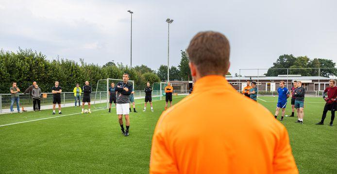 De selectie van het eerste elftal van de Moerse Boys komt bijeen voor hun training. De eerste training na het plotse overlijden van oud-speler Rudo Gommers (45). Trainer Jurgen Arnouts neemt het woord.