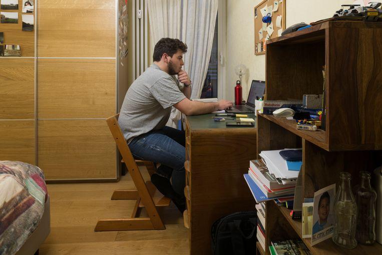 Andrea Giampaolo, 20 jaar oud, volgt zijn colleges economie nu vanuit huis in plaats van de Universiteit van Rome.  Beeld Lorenzo Maccotta / Contrasto