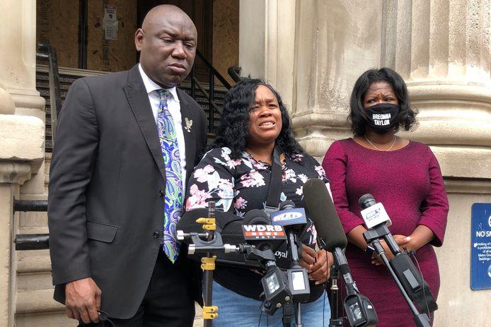 Tamika Palmer, de moeder van Breonna Taylor spreekt de media toe.