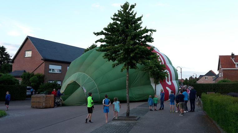 De ballon landde in het midden van de straat. Daar kwamen heel wat bewoners een kijkje nemen.