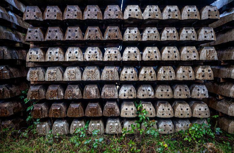 Opgeslagen dwarsliggers in het Amsterdamse havengebied. Beeld Raymond Rutting / de Volkskrant