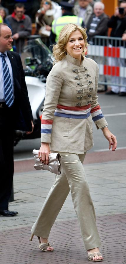 Koningin Maxima bij aankomst bij de Mode biënnale in Arnhem in 2009.