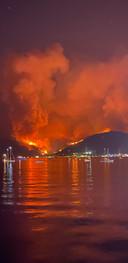 Een foto van de vlammenzee bij Marmaris vanaf het water.