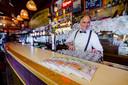 De nieuwe stadsgids van Facebook ligt bij verschillende Rotterdamse cafés, zoals op de bar bij De Ballentent