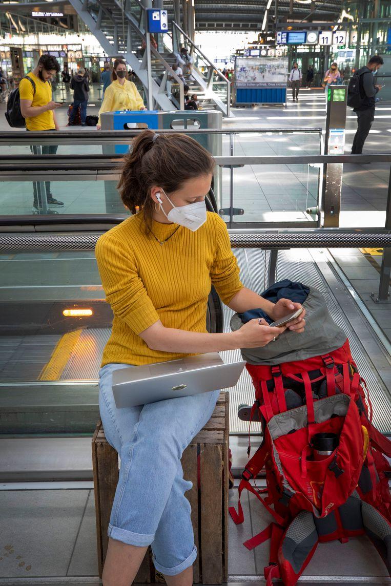 Eva Sievers gebruikt de extra tijd op station Utrecht Centraal om aan haar studie te werken. Beeld Werry Crone