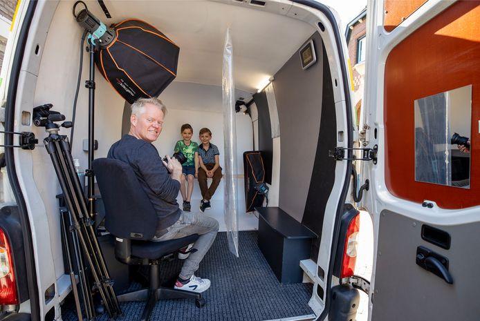 Erik Diks experimenteert in zijn coronaproof studiowagen met het individueel fotograferen van kinderen die plaatsnemen op een plank. ,,Als je dat op een bepaalde manier fotografeert en photoshopt, lijkt het alsof de kinderen op één plank zitten.