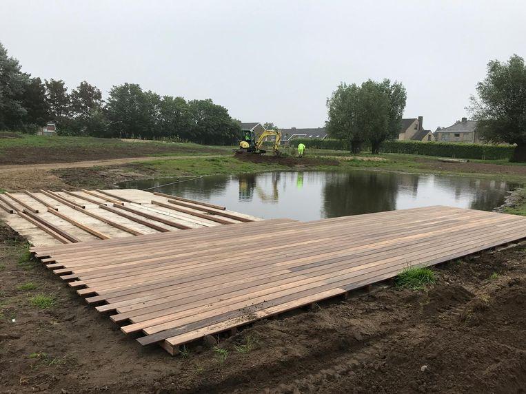 Het houten terras wordt volop aangelegd en ook andere werken zijn nog bezig.