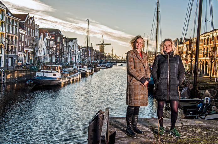 Marianne Smitshoek (rechts) en Cynthia Soeters houden zich bezig met Delfshaven 400 jaar. ,,D400 is een herdenking van de Pilgrim Fathers, geen viering van hen.''