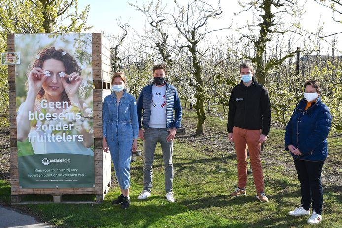 V.l.n.r.: fruittelers Emmy Gruyaert en Christophe Demyttenaere, tuinbouwconsulent Boerenbond Joris Dewinter en schepen van Landbouw Ann Degroote.