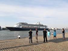 Gedenkwaardig moment: Cruiseschip Rotterdam komt toeterend nog één keer de stad binnenvaren