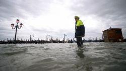 IN BEELD. Venetië kreunt onder aanhoudende watersnood, wind voert water opnieuw de stad in: San Marcoplein afgesloten voor toeristen