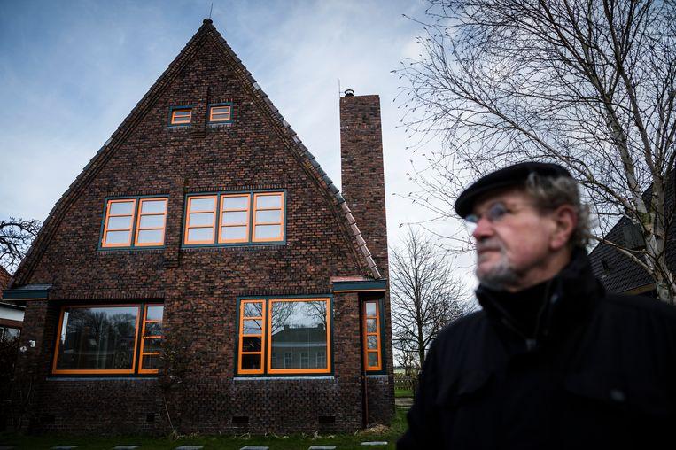 Wim van Vondel bij zijn nieuwe schoorsteen.  Beeld Kees van de Veen